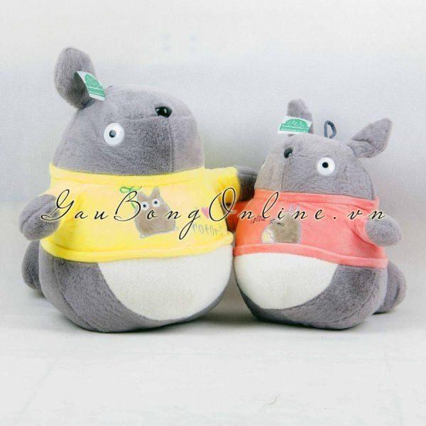 Gấu bông Totoro áo rất nổi bật khi mặc thêm chiếc áo quây sặc sỡ