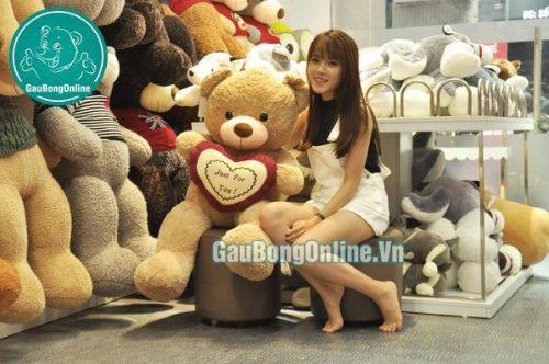 Gấu bông teddy ôm tim