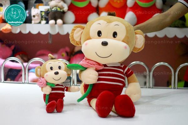 Khỉ ôm hoa giống như đại sứ thân thiện vậy, nhìn mặt cưng quá luônnn