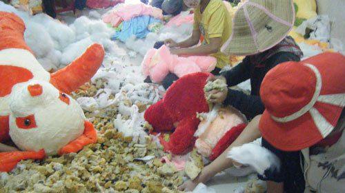 Gấu bông 1m5 giá 300k bông bên trong được nhồi từ vải vụn, miếng xốp
