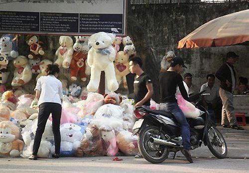 Gấu bông giá rẻ được bày bán trên vỉa hè