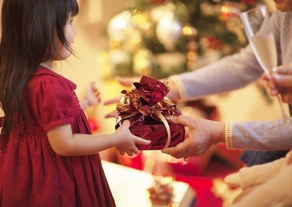Trẻ con rất thích những món quà bất ngờ