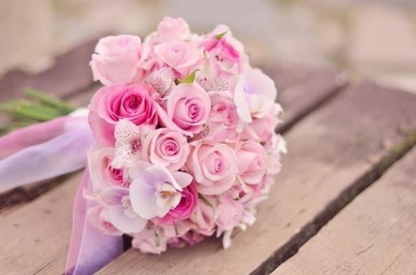Tặng hoa hồng cho bạn gái